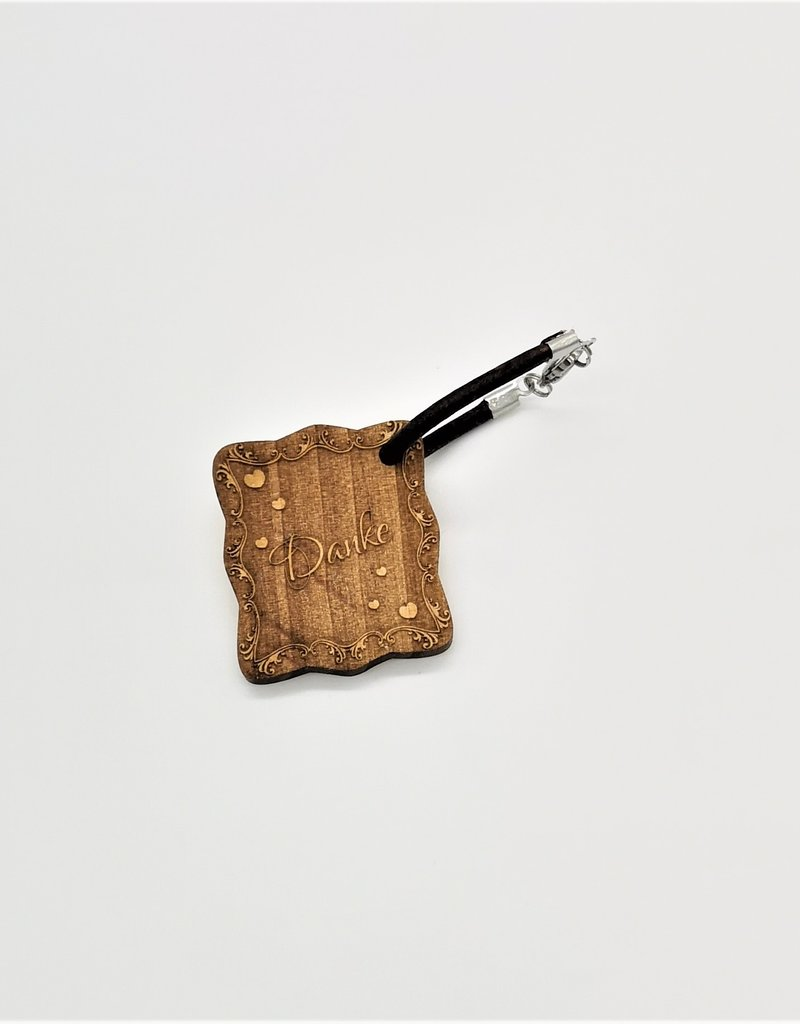 Der Schlüsselanhänger aus echtem Holz mit modernen Verziehrungen wird mit deiner persönlichen Gravur zu einem einzigartigen Geschenk!