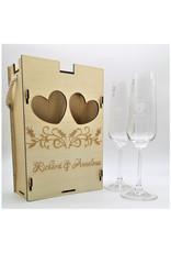Unserer Premium Geschenkbox aus Holz mit zwei Sektgläsern im Set und Deiner Wunsch Gravur!