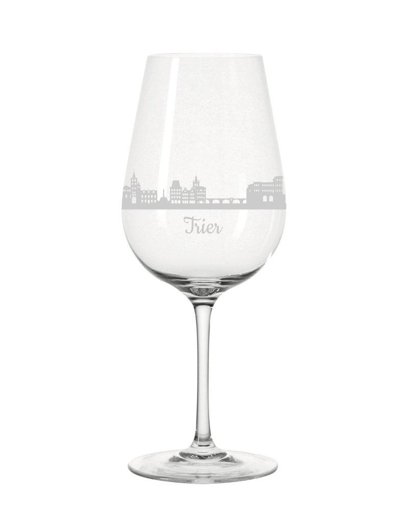 Leonardo Stoße mit Freunden und Bekannten auf deine Stadt an mit den Weingläsern der Skyline Trier!