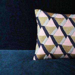 &Klevering &Klevering Kussen driehoek roze