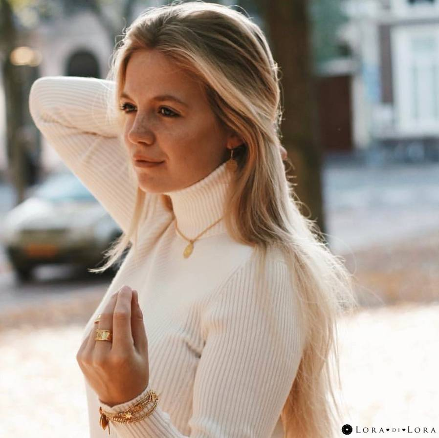 She plays with the beautiful autumn light.  Puck Jager looks stunning with the Lora di Lora jewellery. Highlight your natural radiance with these cute and classy designs.