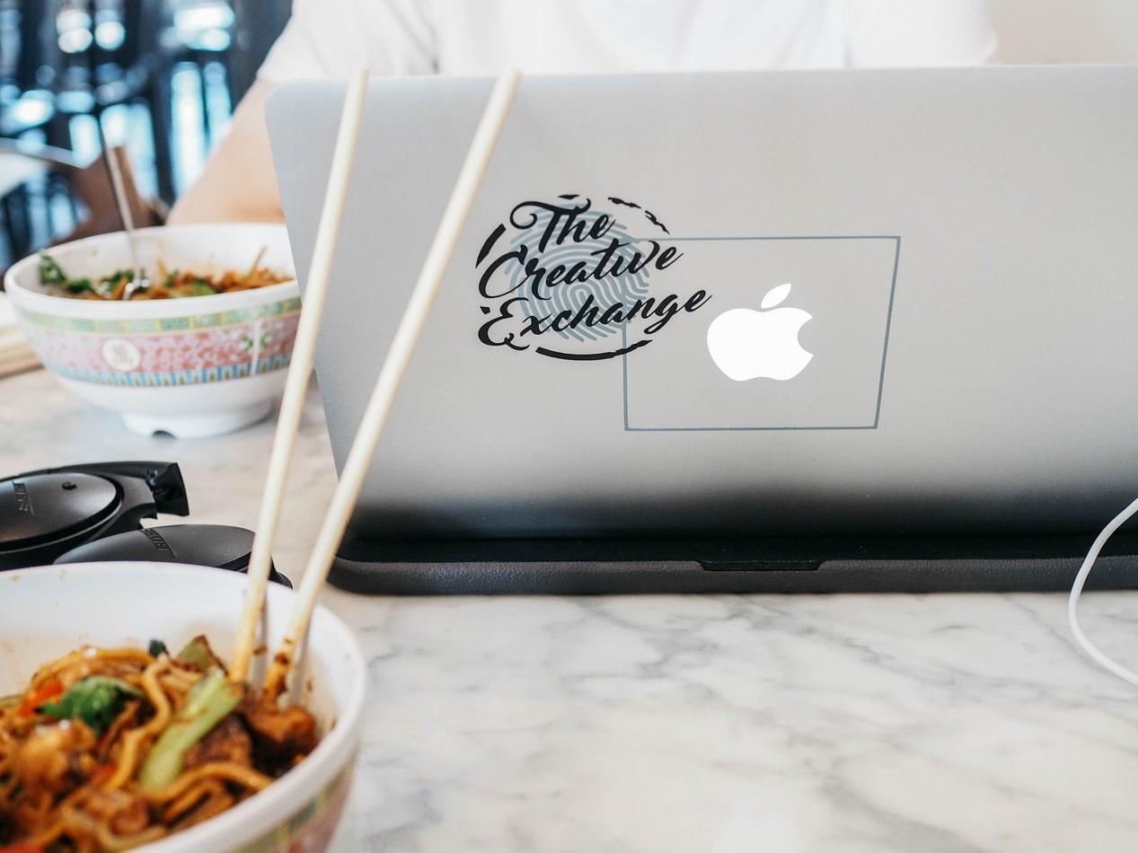 Lunchen achter je bureau: hoe slecht is het eigenlijk?