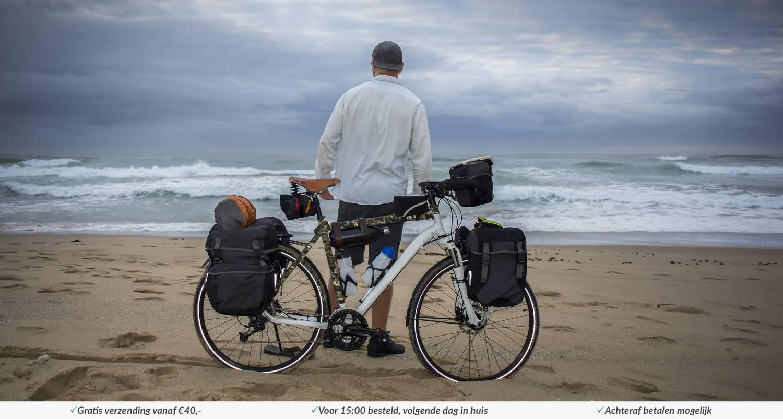 Fiets met fietstassen op strand 04