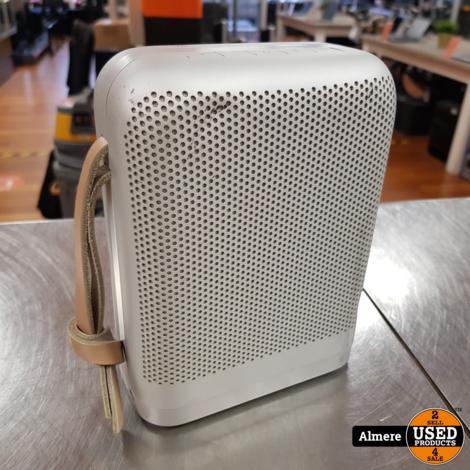 Bang & Olufsen P6 Bluetooth Speaker met een paar deuken