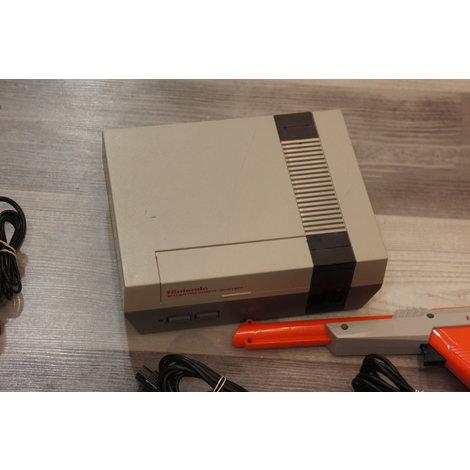 Nintendo NES met 2 controllers en gun