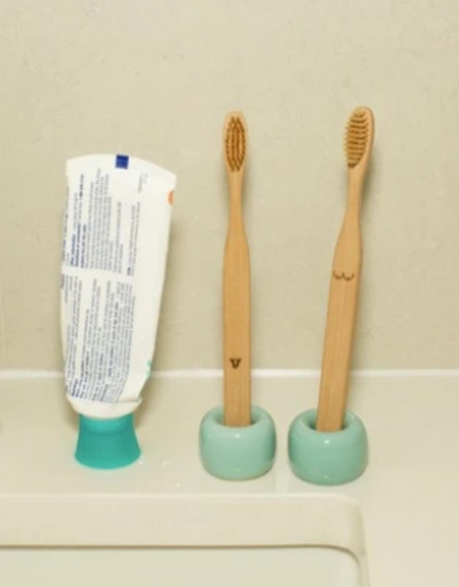 Kikkerland Nudie bamboo toothbrush set