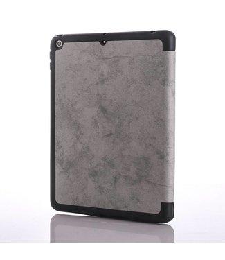 TVC Vintage stijl gevouwen PU lederen tabletstandaard met pengleuf voor iPad 9.7 (2018) /9.7 (2017) - Grijs