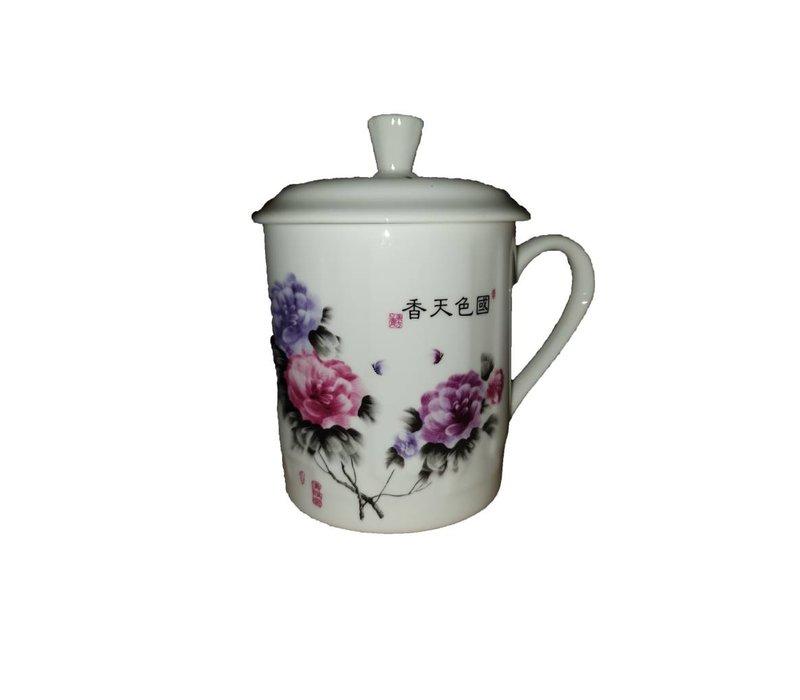 Thee  beker rozen en paarse bloemen
