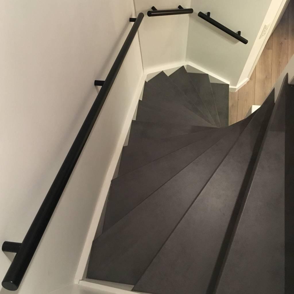 Handlauf schwarz beschichtet rund Modell 14 - Runde Treppengeländer - Treppenhandlauf mit schwarzer Pulverbeschichtung RAL 9005