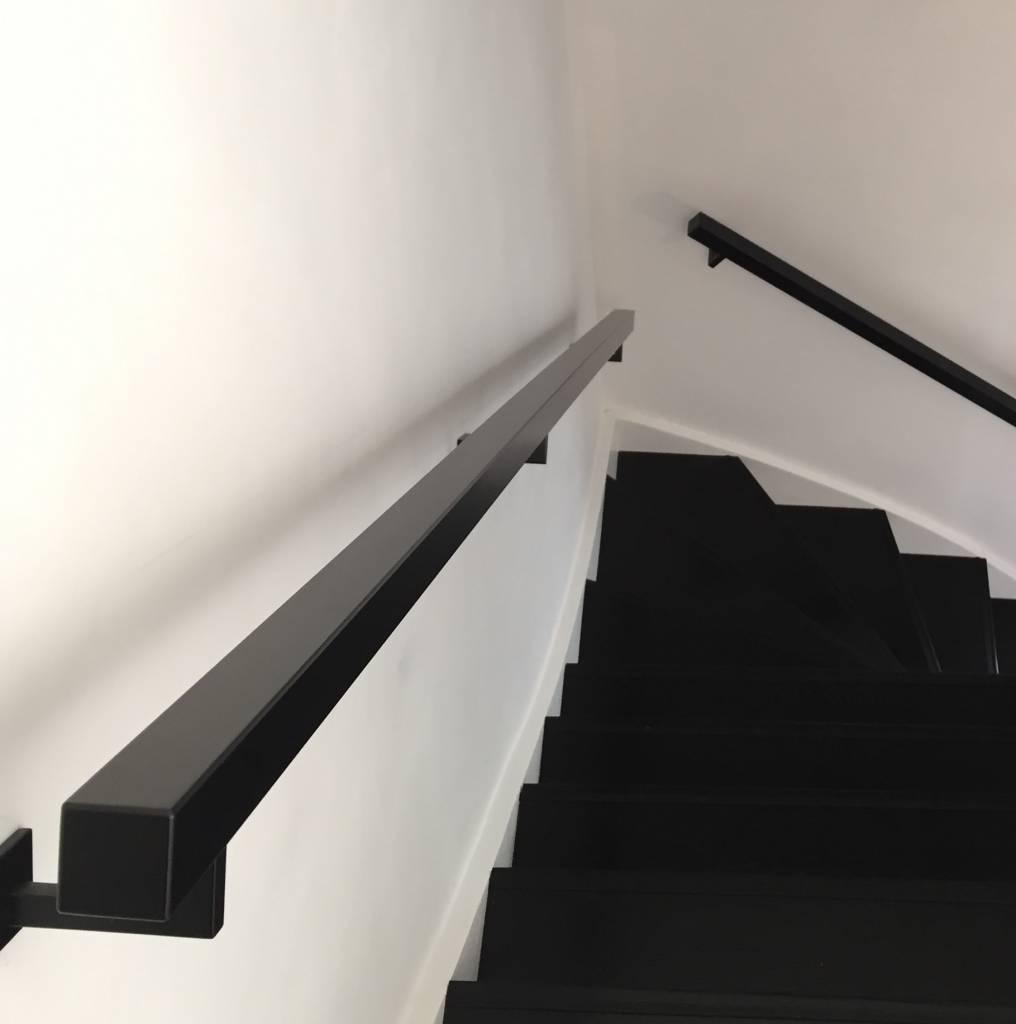 Handlauf schwarz beschichtet viereckig 40x40 Modell 11 - Rechteckige Treppengeländer - Treppenhandlauf mit schwarzer Pulverbeschichtung RAL 9005