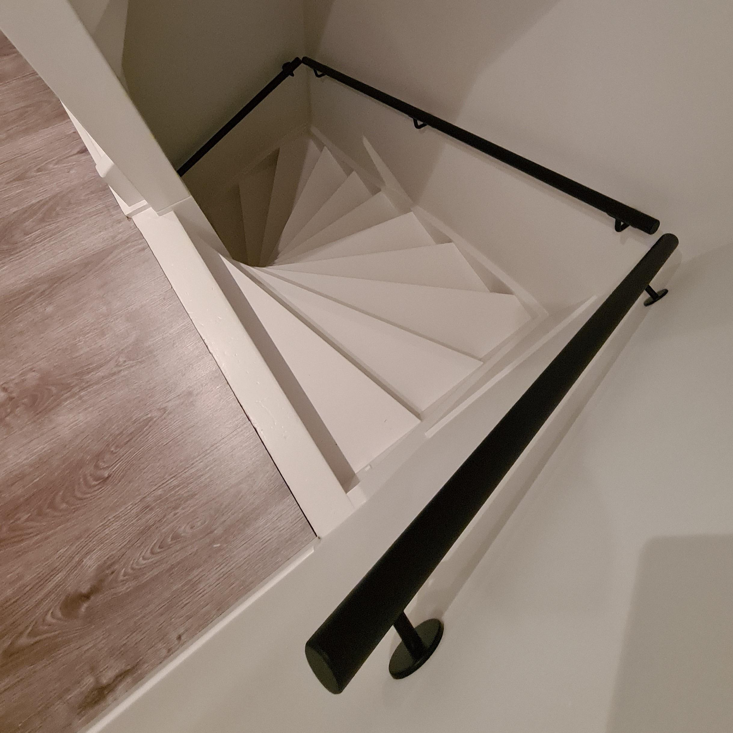 Handlauf schwarz beschichtet rund Modell 3 - Runde Treppengeländer - Treppenhandlauf mit schwarzer Pulverbeschichtung RAL 9005