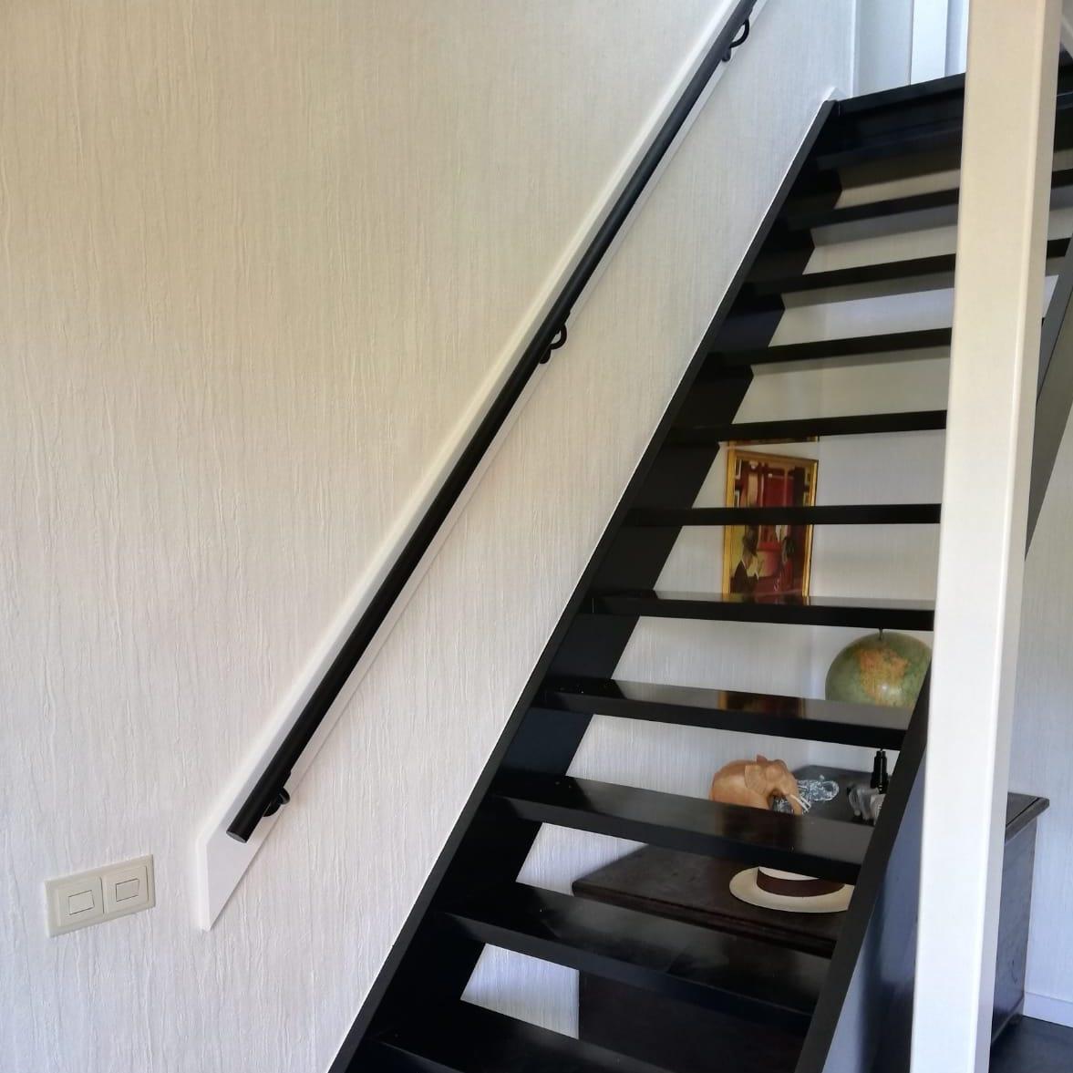 Handlauf schwarz beschichtet rund schmal Modell 2 - Runde Treppengeländer - Treppenhandlauf mit schwarzer Pulverbeschichtung RAL 9005