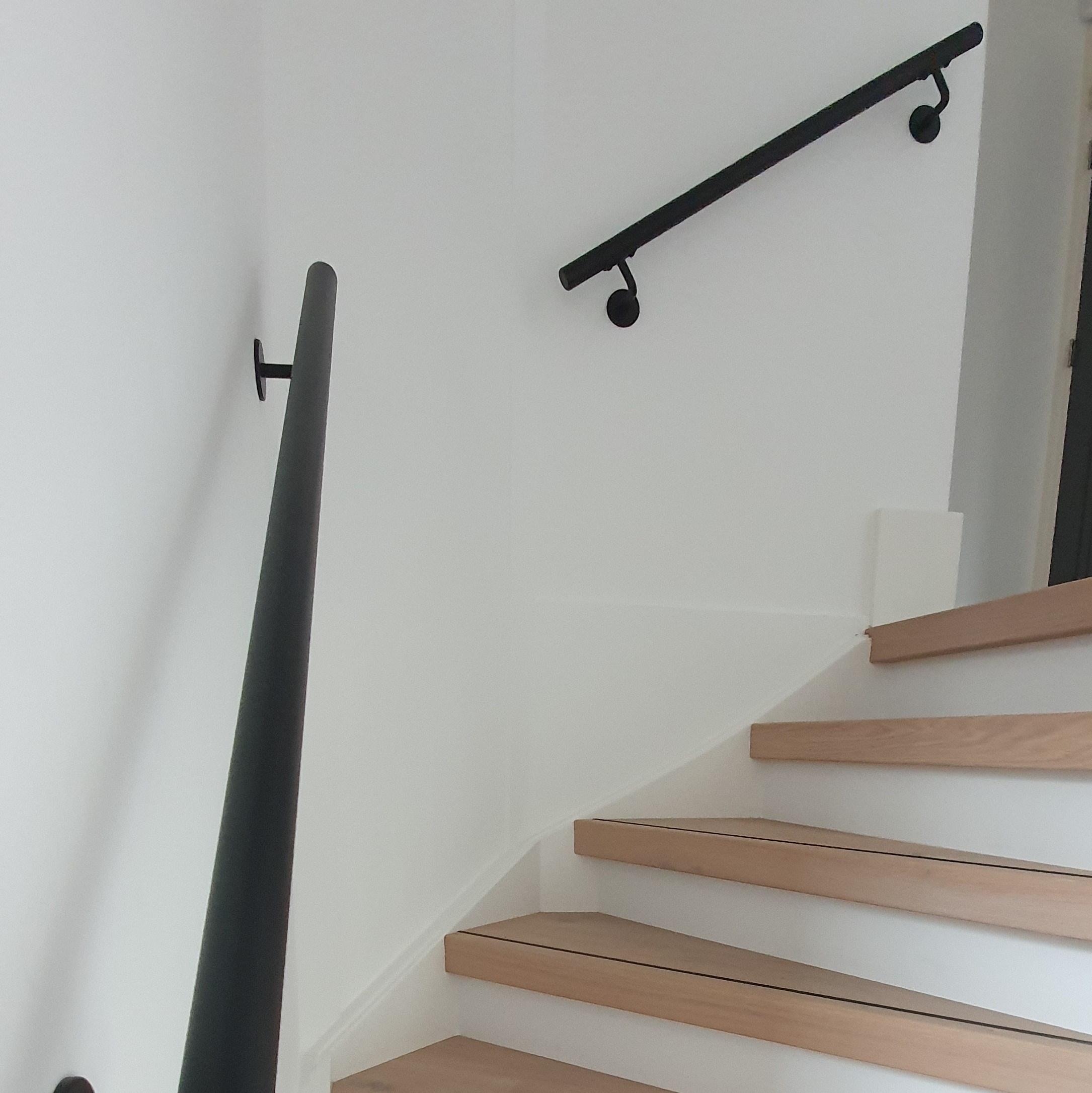 Handlauf schwarz beschichtet rund schmal Modell 3 - Runde Treppengeländer - Treppenhandlauf mit schwarzer Pulverbeschichtung RAL 9005