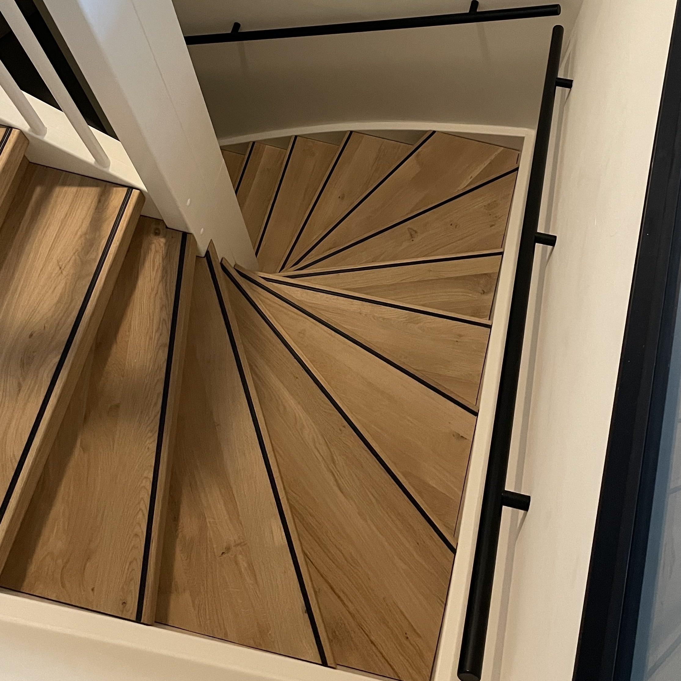 Handlauf schwarz beschichtet rund schmal Modell 14 - Runde Treppengeländer - Treppenhandlauf mit schwarzer Pulverbeschichtung RAL 9005