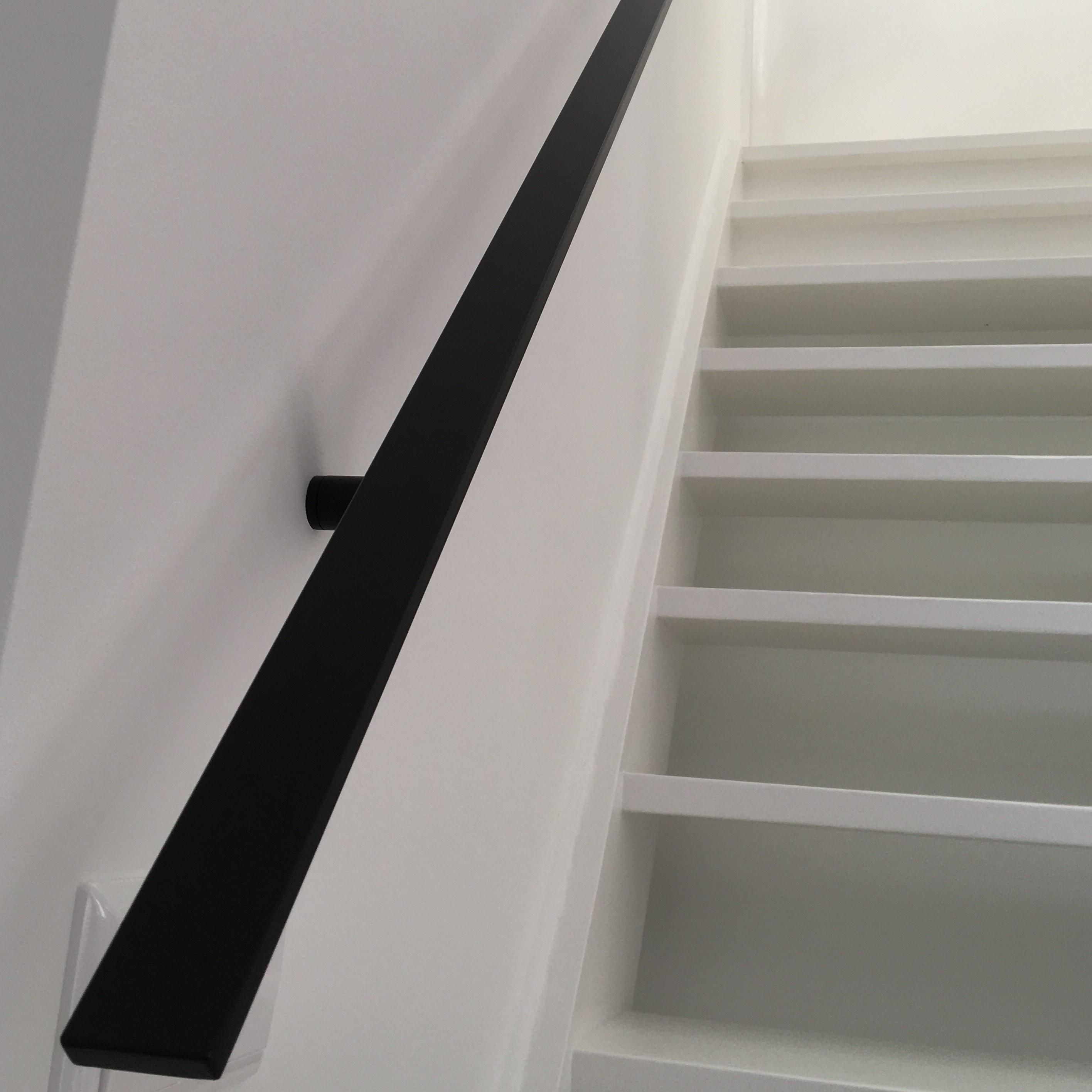 Handlauf schwarz beschichtet viereckig 40x10 Modell 7 - Rechteckige Treppengeländer - Treppenhandlauf mit schwarzer Pulverbeschichtung RAL 9005