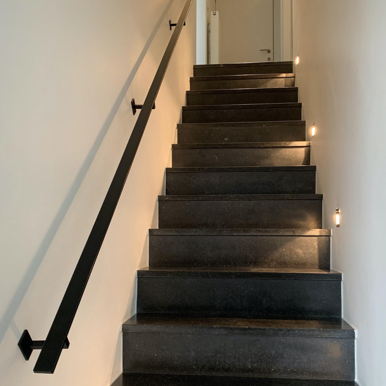 Handlauf schwarz beschichtet viereckig 40x10 Modell 11 - Rechteckige Treppengeländer - Treppenhandlauf mit schwarzer Pulverbeschichtung RAL 9005
