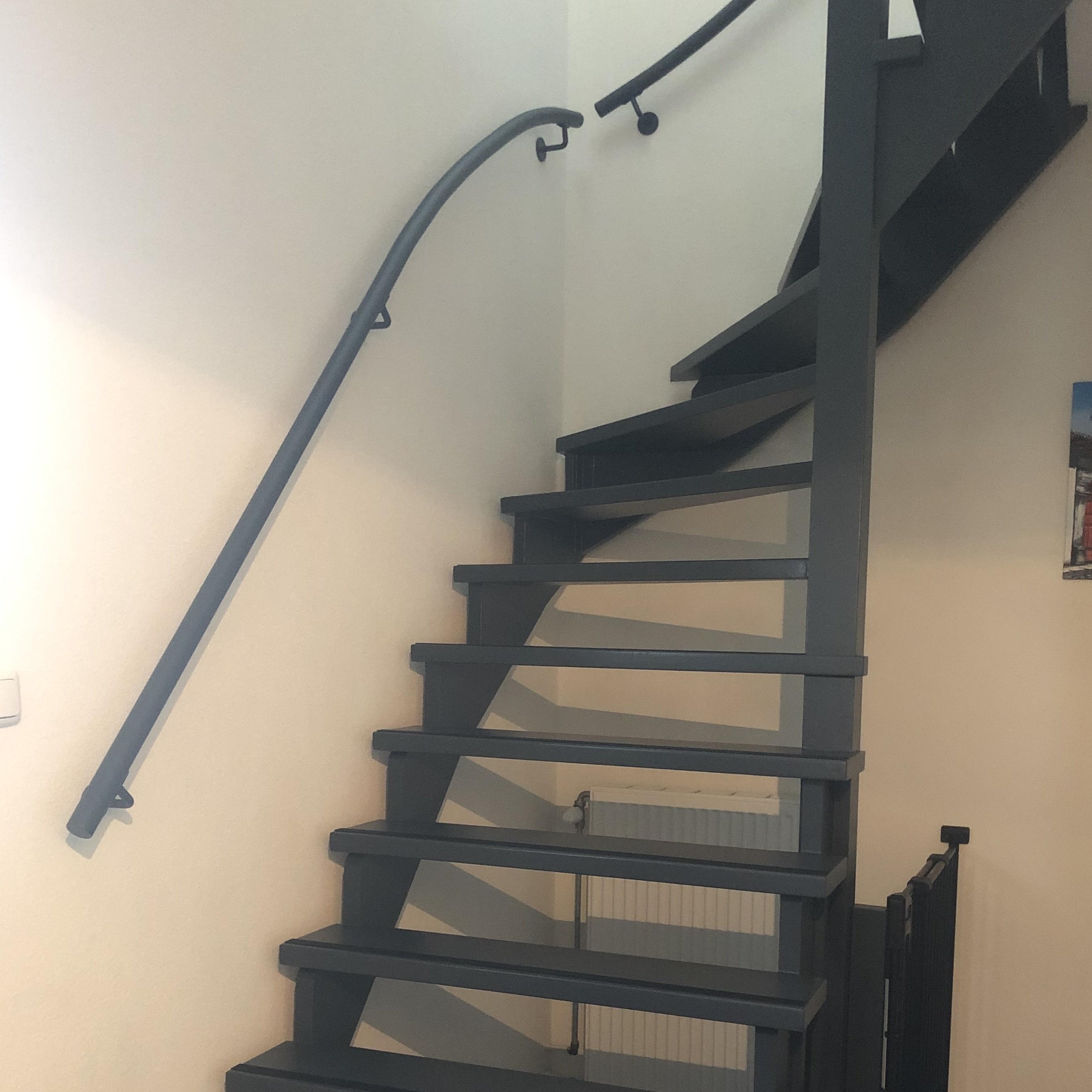 Handlauf anthrazit beschichtet rund schmal Modell 3 - Runde Treppengeländer - Treppenhandlauf mit anthrazitgrauer Pulverbeschichtung RAL 7016