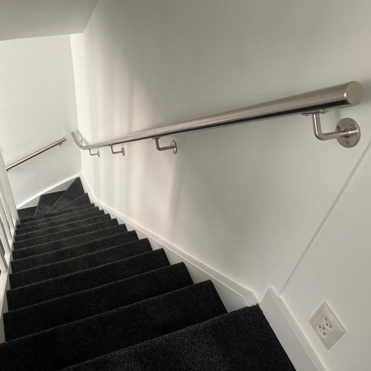 Handlauf Edelstahl rund gebürstet Modell 1 - Runde Edelstahl Treppengeländer - Treppenhandlauf