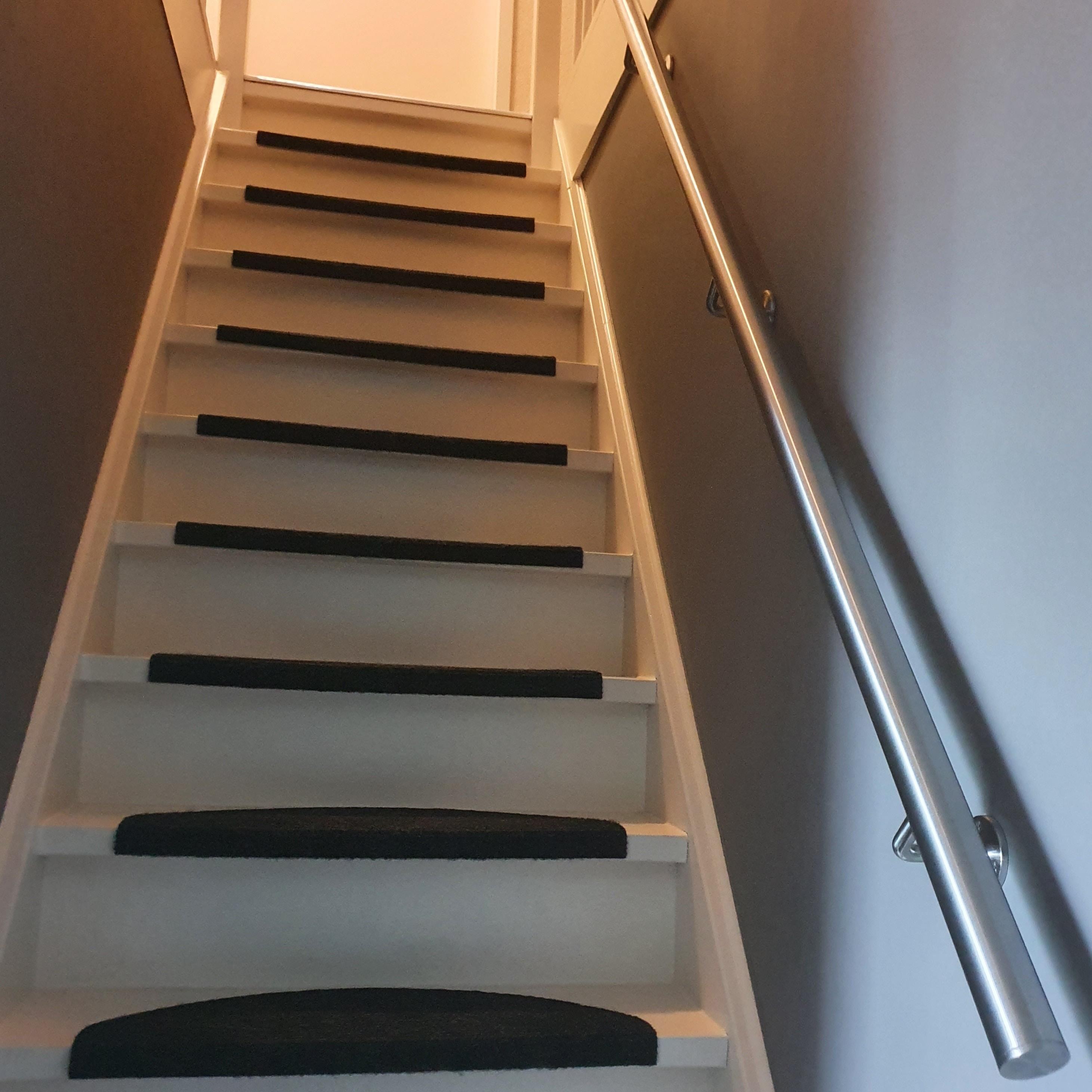 Handlauf Edelstahl rund gebürstet Modell 1 - Variabel - Runde Edelstahl Treppengeländer - Treppenhandlauf