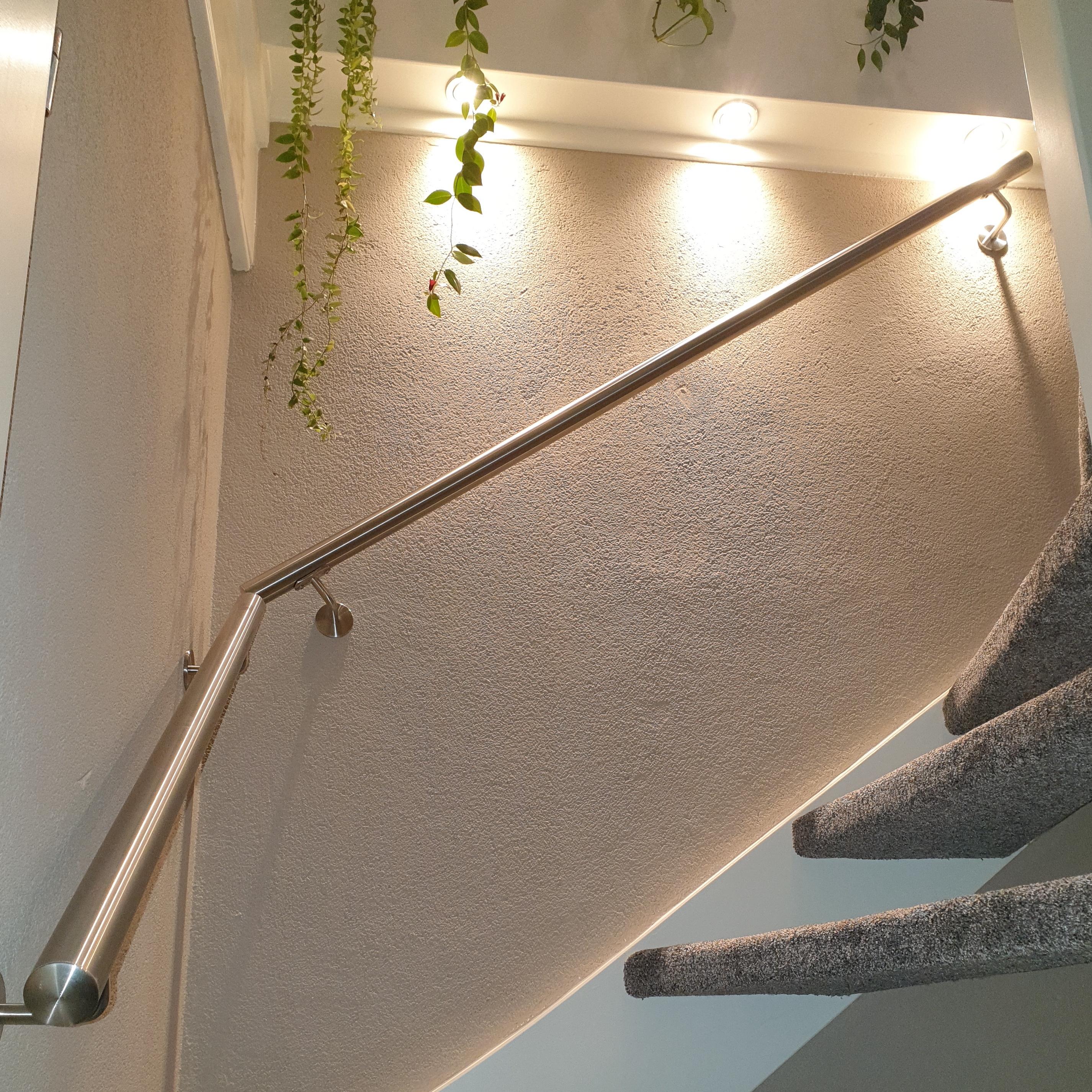 Handlauf Edelstahl rund gebürstet Modell 3 - Runde Edelstahl Treppengeländer - Treppenhandlauf