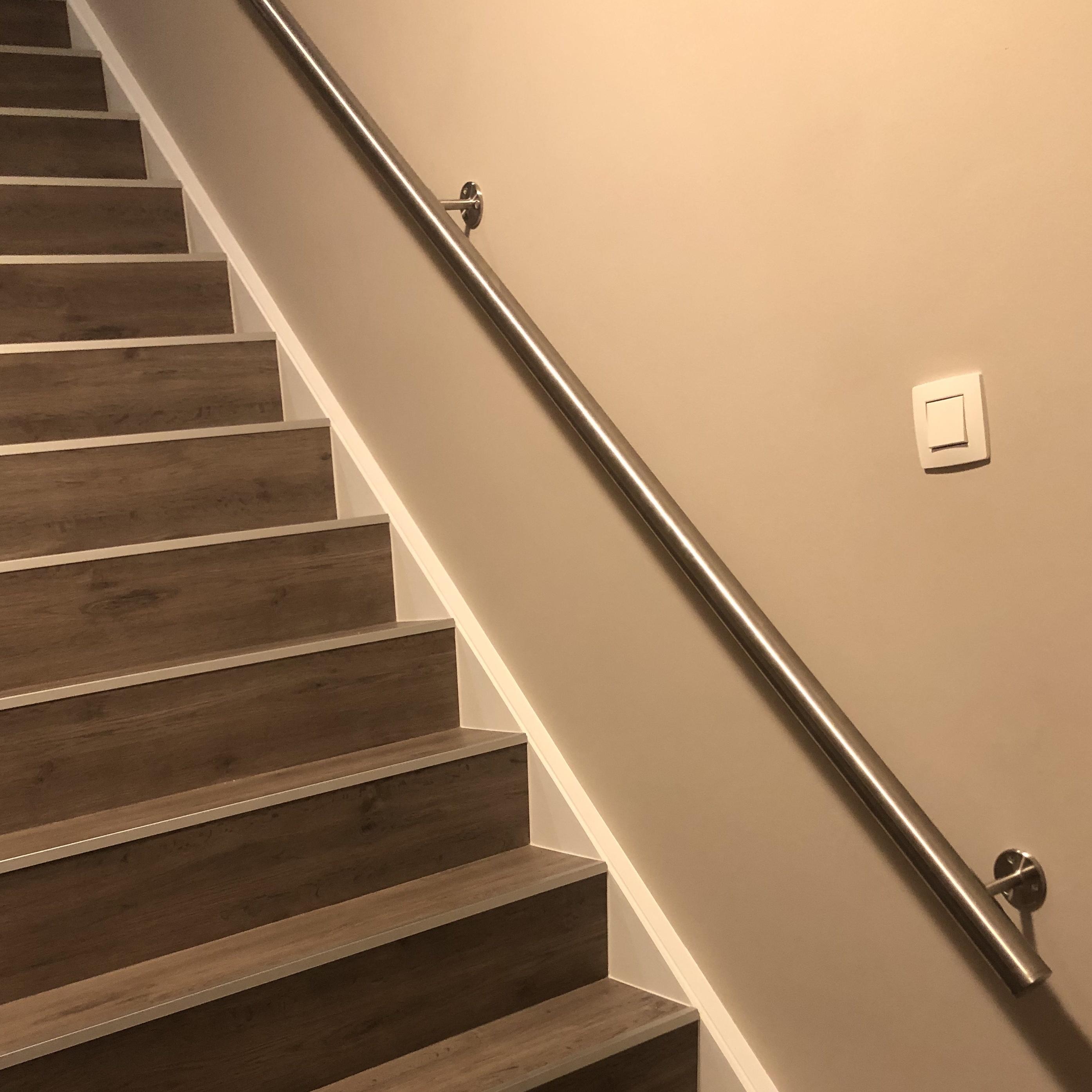 Handlauf Edelstahl rund gebürstet Modell 4 - Runde Edelstahl Treppengeländer - Treppenhandlauf