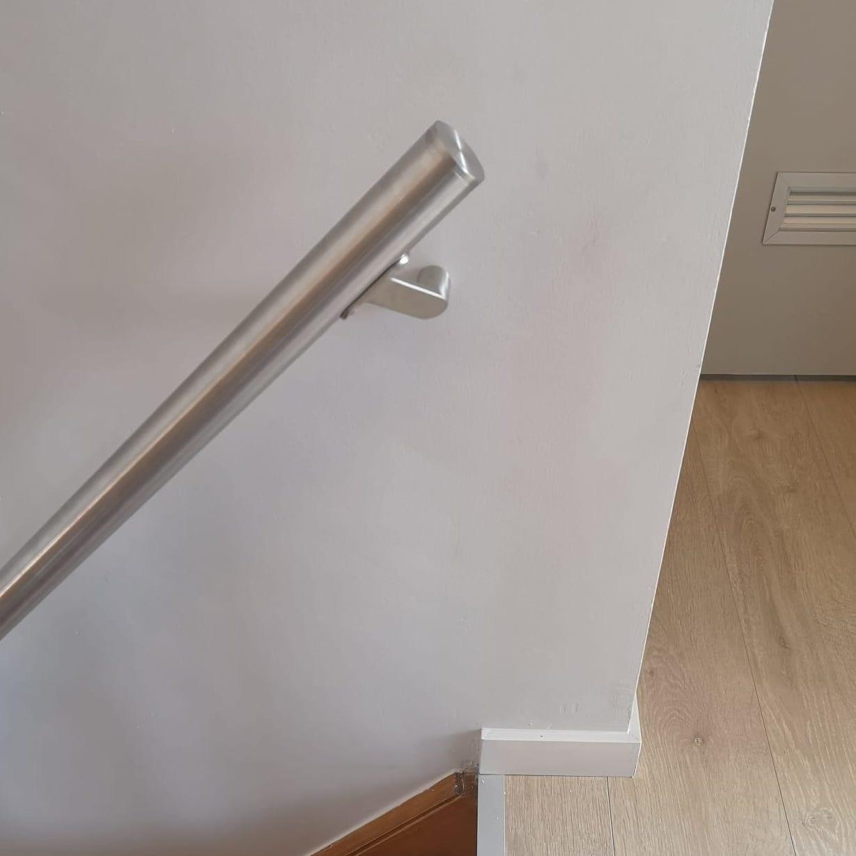 Handlauf Edelstahl rund gebürstet Modell 7 - Runde Edelstahl Treppengeländer - Treppenhandlauf
