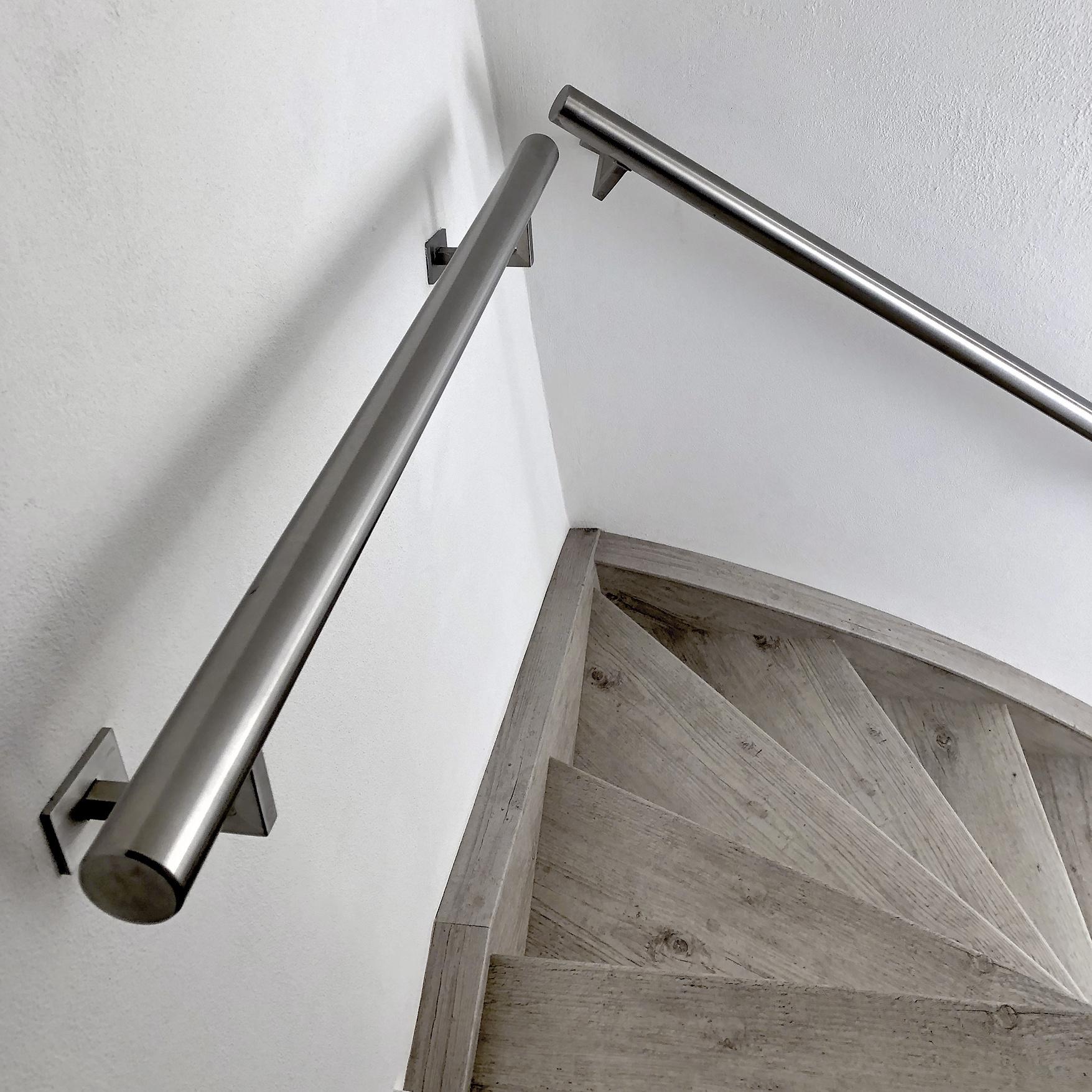 Handlauf Edelstahl rund gebürstet Modell 11 - Runde Edelstahl Treppengeländer - Treppenhandlauf