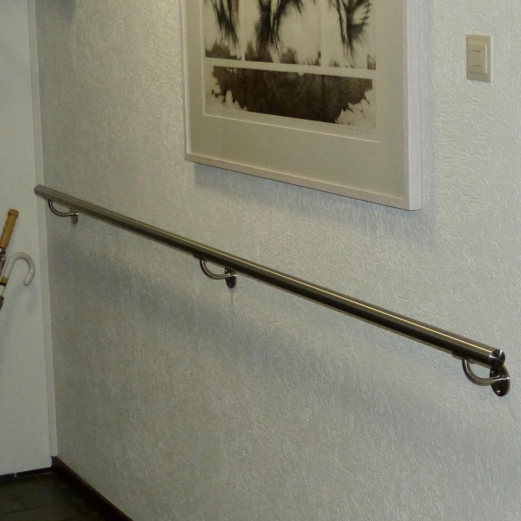 Handlauf Edelstahl rund schmal gebürstet Modell 2 - Runde Edelstahl Treppengeländer - Treppenhandlauf