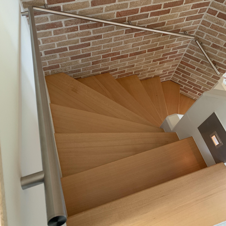 Handlauf Edelstahl rund schmal gebürstet Modell 14 - Runde Edelstahl Treppengeländer - Treppenhandlauf
