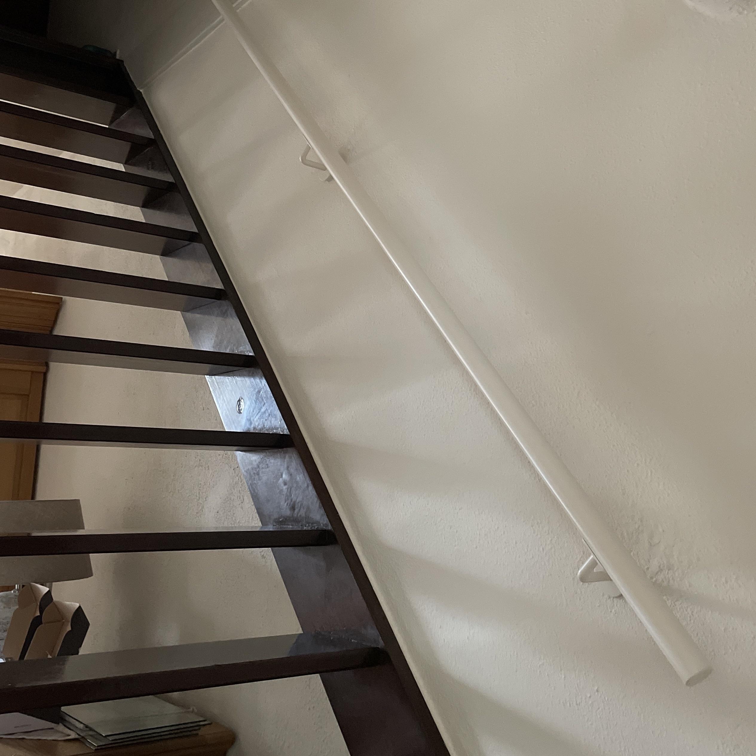 Handlauf weiß beschichtet rund Modell 3 - Runde Treppengeländer - Treppenhandlauf mit weißer Pulverbeschichtung