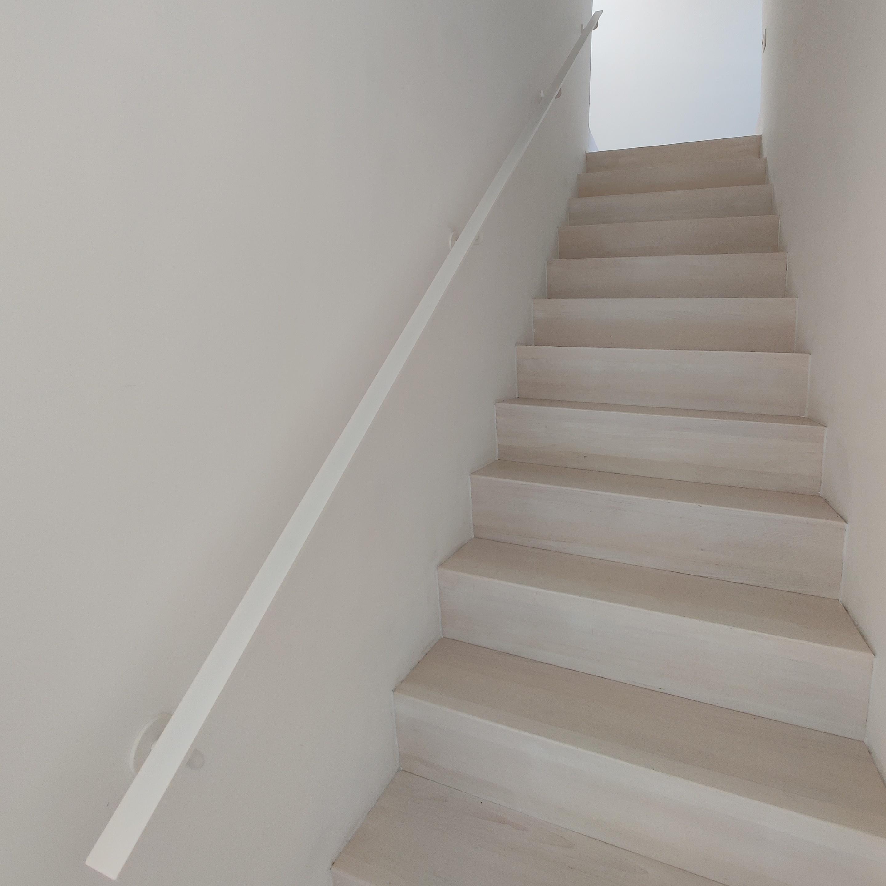 Handlauf weiß beschichtet viereckig 40x10 Modell 3 - Rechteckige Treppengeländer - Treppenhandlauf mit weißer Pulverbeschichtung RAL 9010