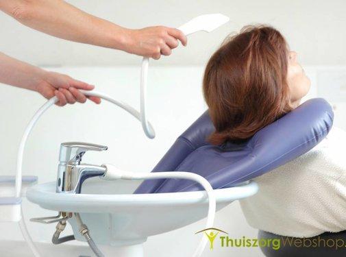 Opblaasbare haarwasbekken voor aan de wastafel