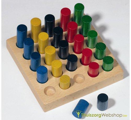 Pennenbord met houten pennen van verschillende lengte