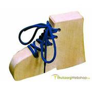 Houten schoen voor oefenen veterstrikken