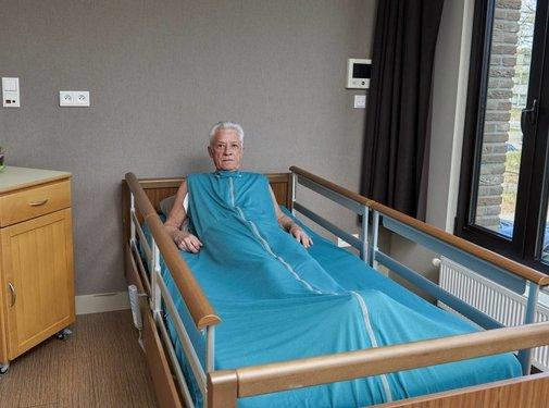 Groen verpleegdeken volledig rond de matras voor onrustige slapers