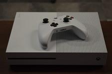 Xbox One Xbox One S 500GB WIT incl. 1 controller en kabels - klein hoekje beschadigd