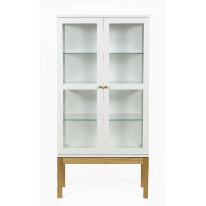 Hioshop Abone vitrinekast met 2 glazen deuren, in wit en massief eiken.