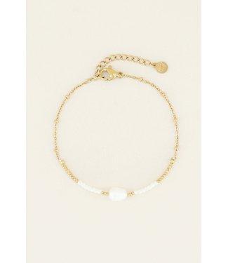 PRETTY WHITE PEARL BRACELET - GOLD