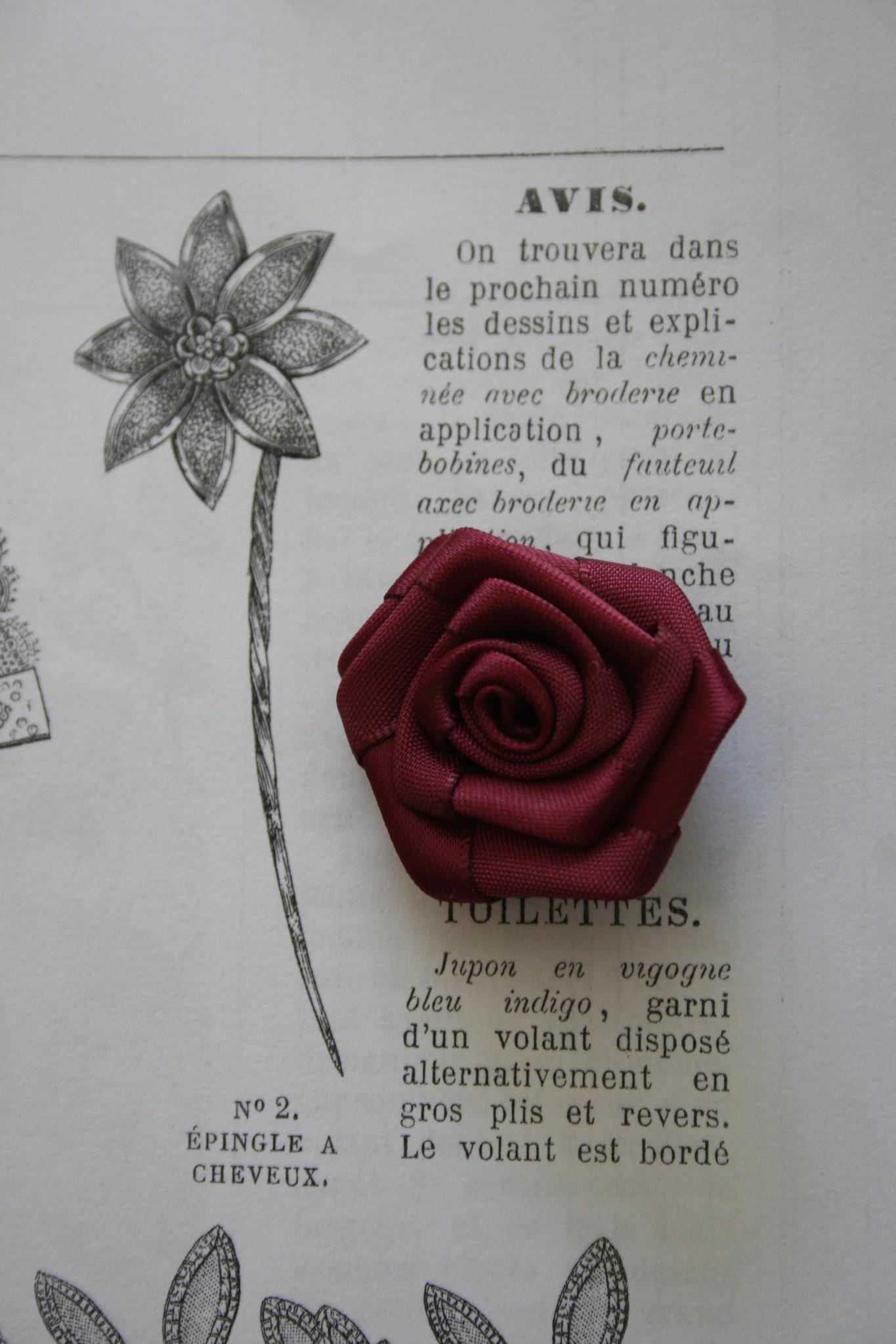 Satijnen roosjes in verschillende kleuren.
