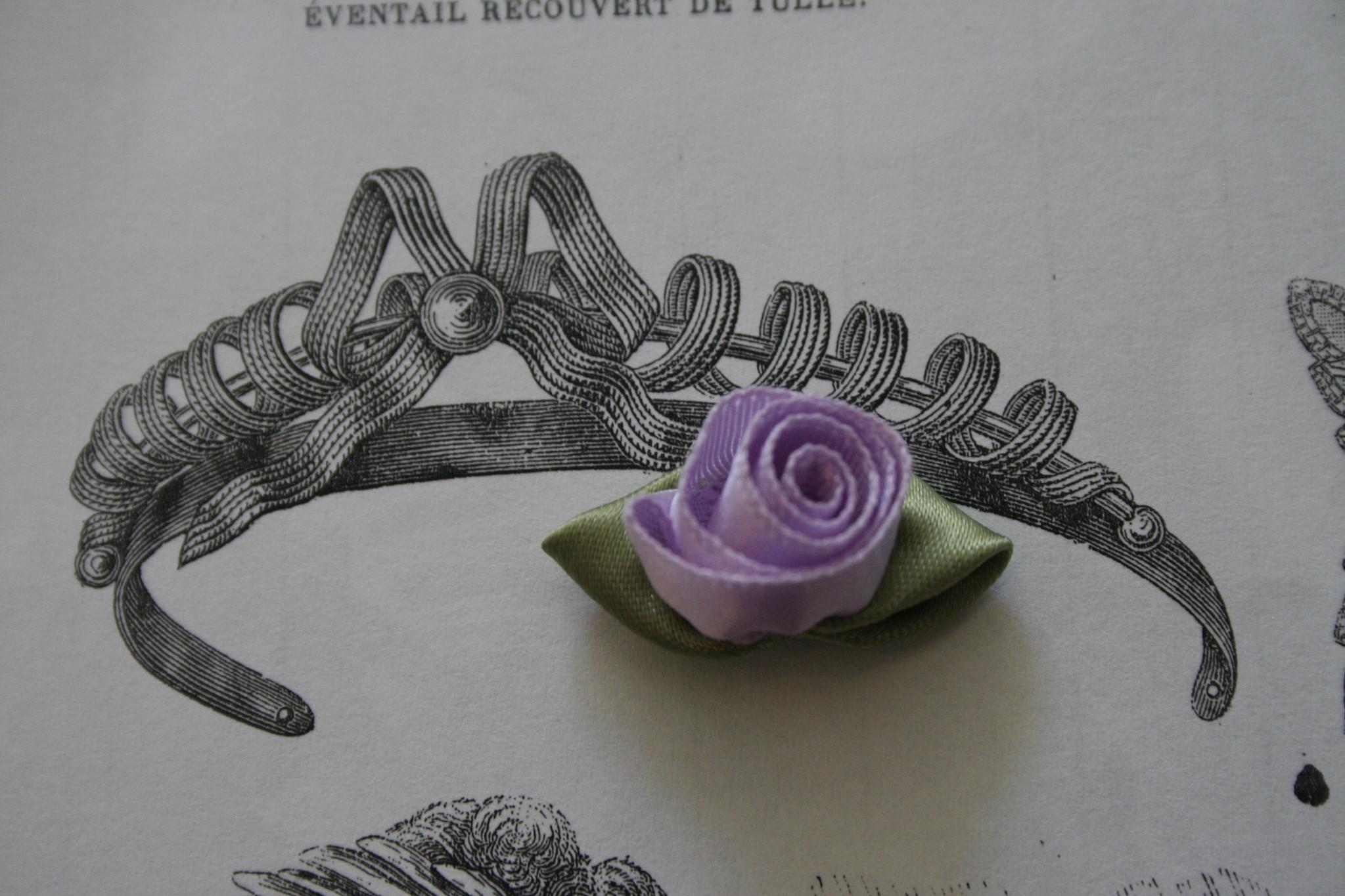 Lila satijnen roosjes met blaadjes.