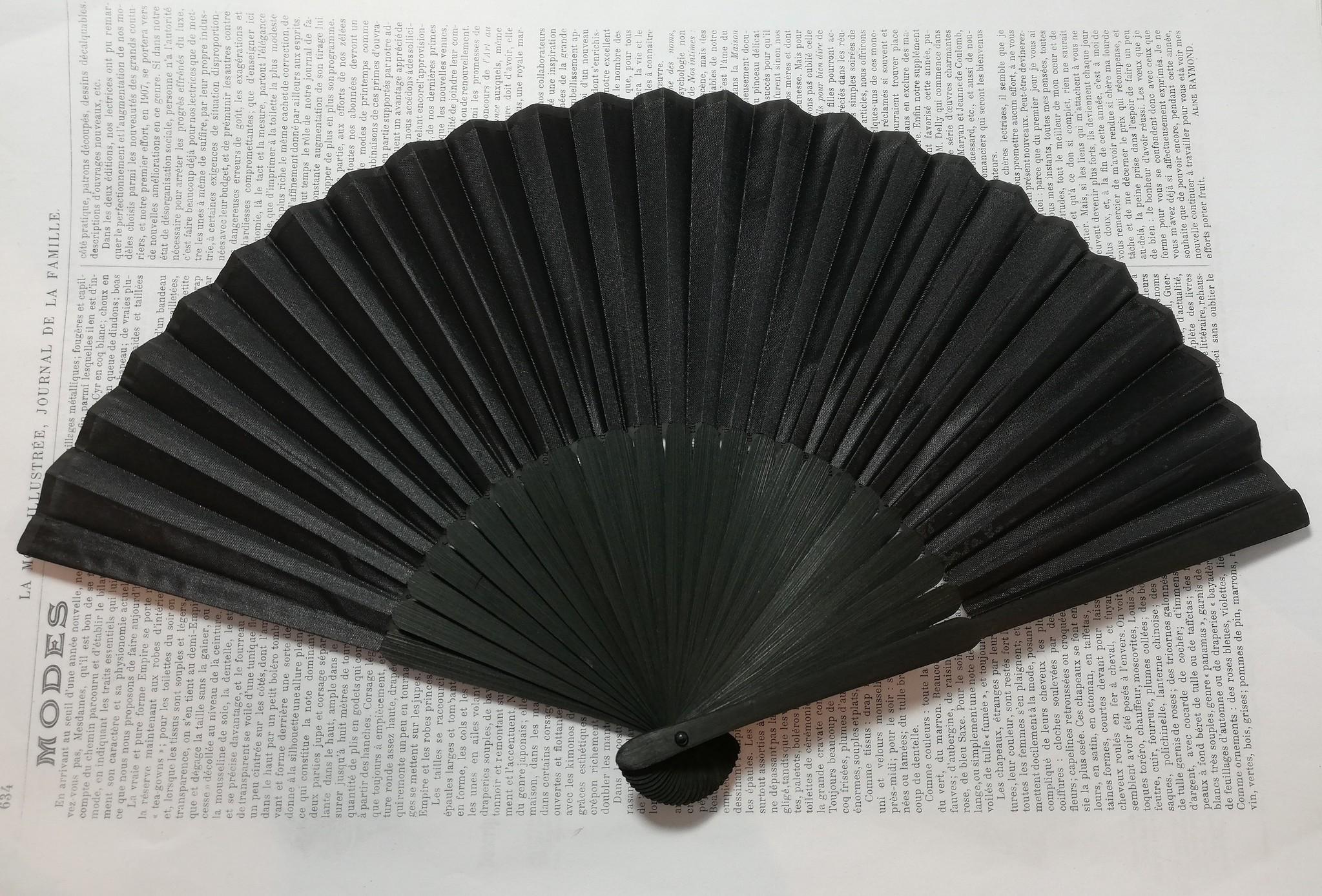 Fan black faux silk.