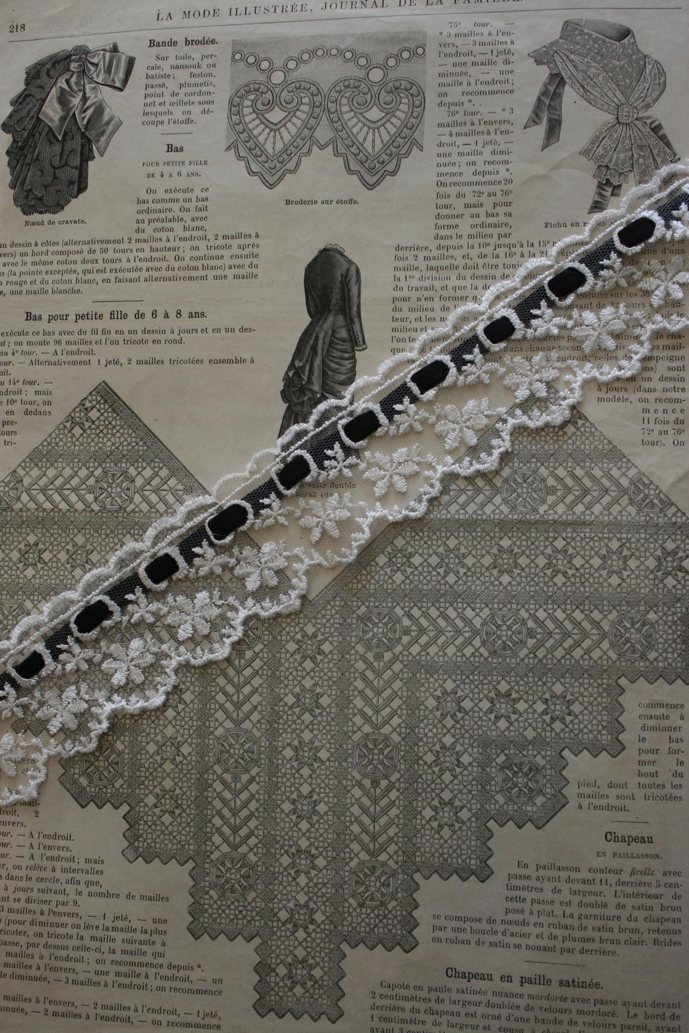 Wit kant met zwart fluweelband.