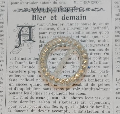Vintage Round Buckle with faux Diamonds