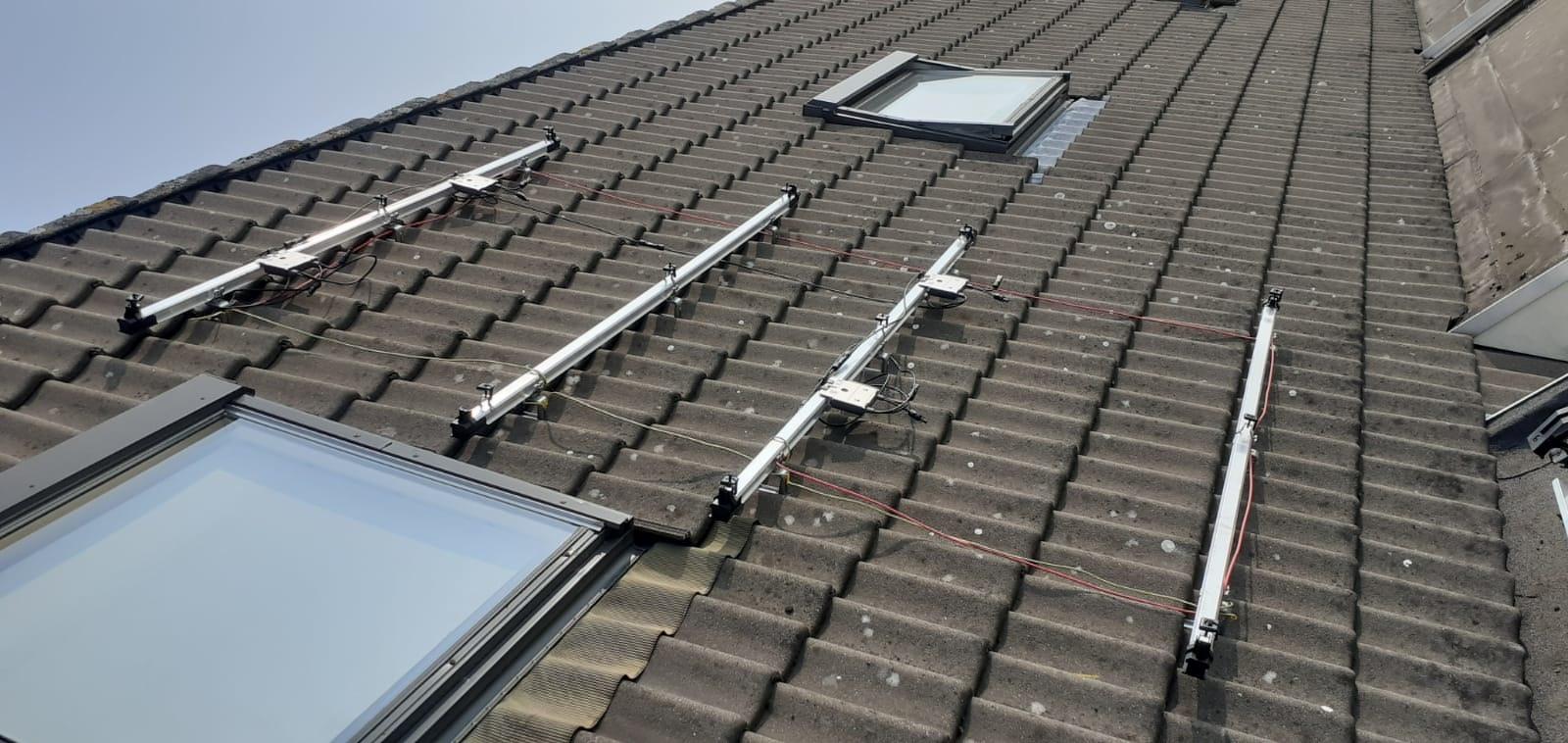 Optimizers op onderconstructie voor vier zonnepanelen