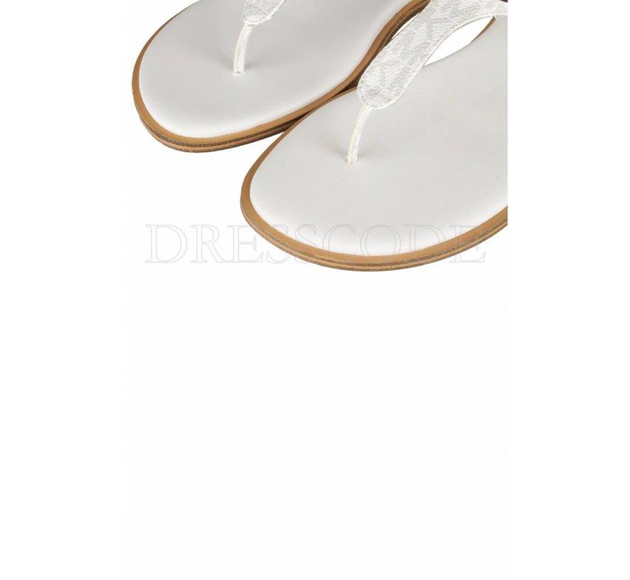 92c8bb2f2af Michael Kors witte sandaal MK plate thong met logo en zilver plaatje. ‹ ›