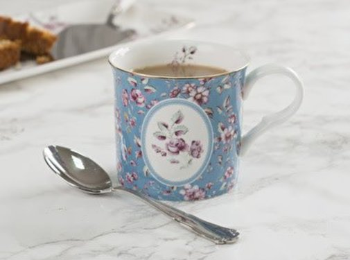 Katie Alice Ditsy Floral; Engels Servies met bloemen porseleinen mok blauw met ovaal
