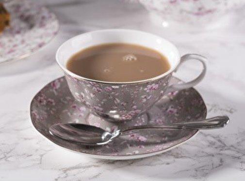 Katie Alice Ditsy Floral; Engels Servies met bloemen Katie Alice Ditsy Floral fine bone china kop en schotel - grijs