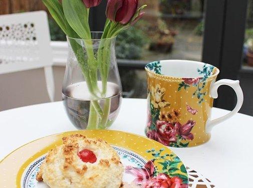 Katie Alice Bohemian Spirit; Engels wit porseleinen servies geel met bloemen mok mosterdgeel en bloemen