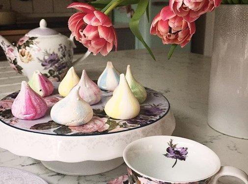 Katie Alice Wild Apricity; Compleet Engels Jachtservies met bloemen Taartplateau op voet gedecoreerd met bloemen