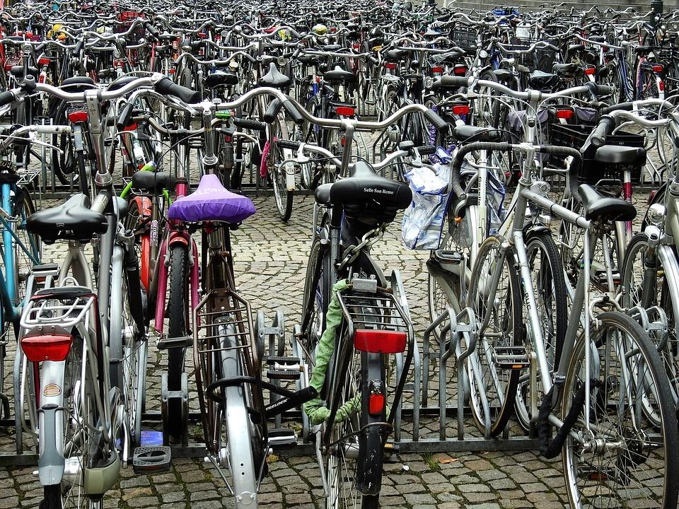 Scholieren op de fiets